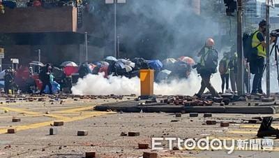 理工大學外湧大批防暴警打催淚彈 示威者持汽油彈反擊