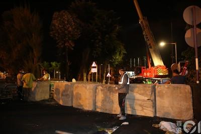 香港政府凌晨運巨型石墩「封閉中大二號橋」