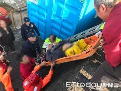 男墜外木山港區消波塊 警消架繩救人