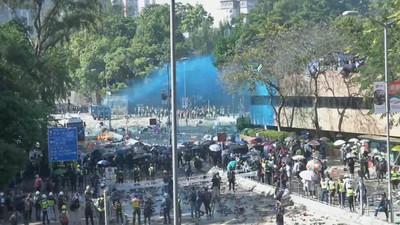 港警「出動催淚彈+水炮車」與示威者對峙