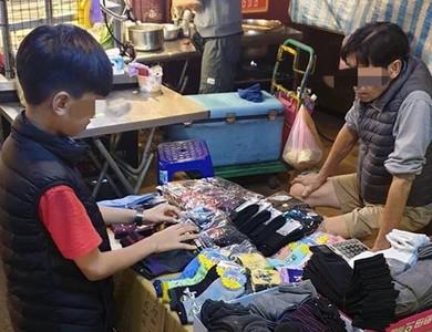 中壢11歲童擺攤賣襪 社會局協助病父就醫