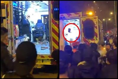 示威者包圍救護車搶下同伴 港警開2槍驅趕