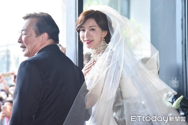 林志玲婚禮「給父母的一封信」 一喊「媽媽~」瞬間淚崩AKIRA不捨輕拍哄妻