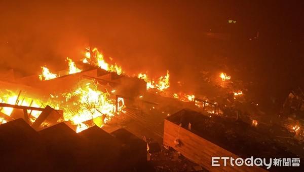 快訊/港警5點半攻進理大影片曝!「爆多聲巨響」示威者校門焚燒路障