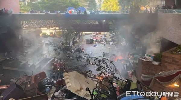▲▼快訊/香港示威者衝出理大「快閃回巢」 港警發射多發催淚彈。(圖/記者游宗樺攝)