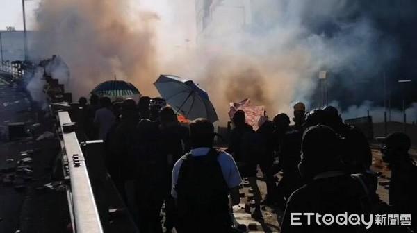 ▲▼快訊/香港示威者衝出理大「快閃回巢」 港警發射多發催淚彈。(圖/記者宋良義攝)