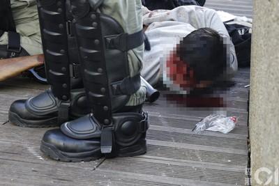 香港理大附近截查市民 青年被壓地制伏血流滿面!