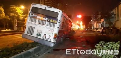 高雄公車深夜爆胎飛衝 撞斷2根路燈