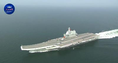 「002航母」穿越台海...3架殲-15掛彈待命