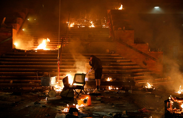 ▲▼香港理工大學示威者與防暴警察爆發衝突。(圖/路透)