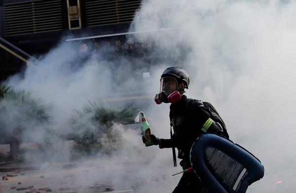 ▲▼香港理工大學周邊,一名示威者拿著汽油彈。(圖/路透)