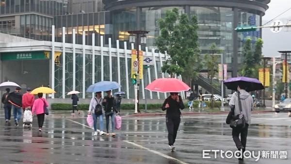 ▲▼東北季風 鋒面 變天 濕冷 下雨。(圖/記者屠惠剛攝)