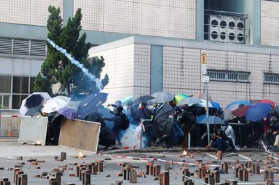 600人受困理工大學 港民組人鏈送物資