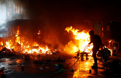示威者、港警深夜激戰 彌敦道槍響20分鐘
