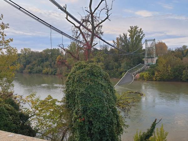 ▲▼法國土魯斯北部一處吊橋垮塌,造成至少1人死亡。(圖/路透)