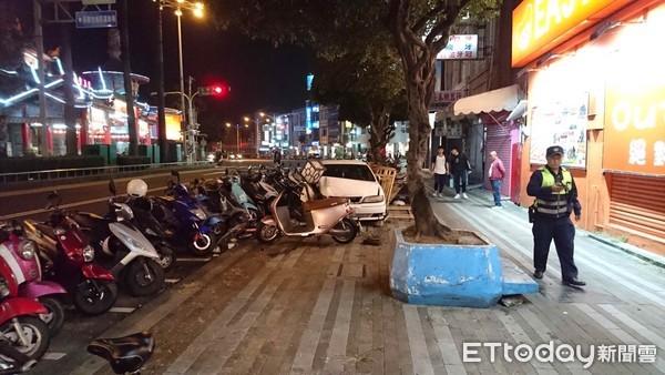 媽祖廟前逆衝人行道撞毀6車 駕駛神秘消失...警鎖定查緝