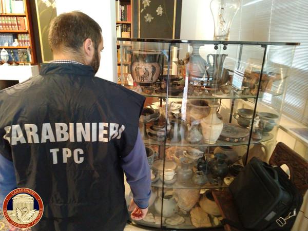 ▲▼義大利警方檢查回收後的文物。(圖/路透)