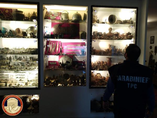 ▲▼被偷竊的文物包含陶土花瓶,彩繪盤子,胸針和珠寶等。(圖/路透)