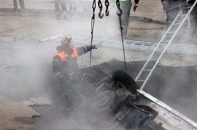 熱水管炸現巨坑 2男慘被熱水燙死