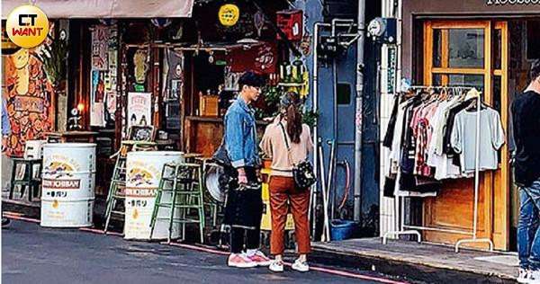 與男友到赤鋒街約會的吳姍儒,在滿座的咖啡廳外排隊等候進場。(圖/本刊攝影組)