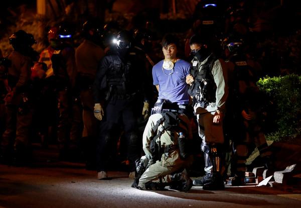 ▲▼香港理工大學抗議人士遭逮捕。(圖/路透)