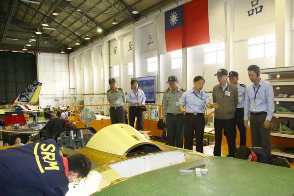 嚴德發赴漢翔視察專案概況 新式高教機明年6月首飛
