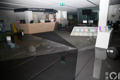 理大圖書館「多處淹水」 警用大光燈掃射阻逃走!