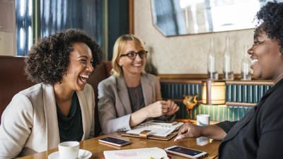 善用幽默化解爭吵!學會「吐槽和自嘲」 讓你成為人際關係高手