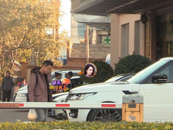 ▲▼楊紫進出整容醫院被拍到。(圖/翻攝自微博)