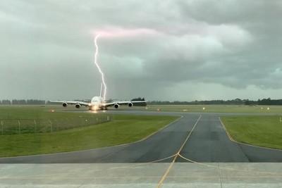 閃電險劈中飛機噴火光!驚險畫面曝