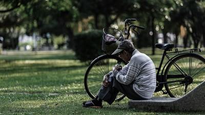 餓到沒力氣牽腳踏車!好心人衝去買便當幫忙 回收阿伯淚謝不忘報答