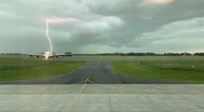 飛機停跑道 遭一道閃電精準擊中