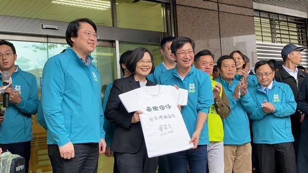 ▲ 蔡英文陪同蔡適應登記 「基隆囝仔」在台灣頭成功連任。(圖/蔡適應競選辦公室提供)