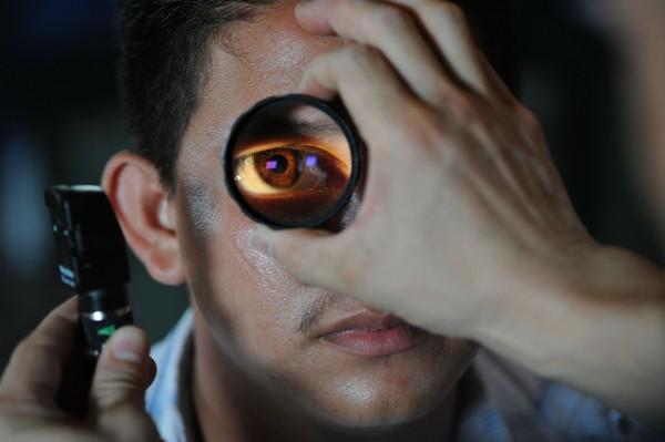 ▲▼男子,眼睛,視力。(示意圖/取自免費圖庫/Pixabay)