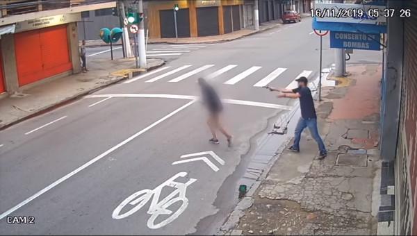 ▲▼巴西里約女遊民向路人要錢,下一秒直接被擊斃。(圖/翻攝自YouTube/ RIC Mais)