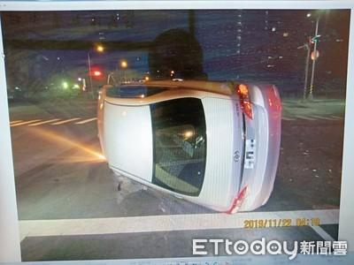 台中18歲男開車自撞當場側翻
