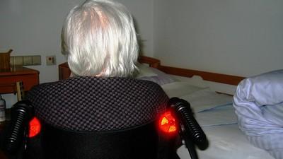 獨自拉拔六孩兒長大 外婆躲棉被泣:人老了,只能在丟療養院等死