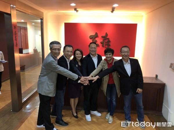 ▲王令麟與中國及東南亞電商直銷負責人合影。(圖/記者張家瑜攝)