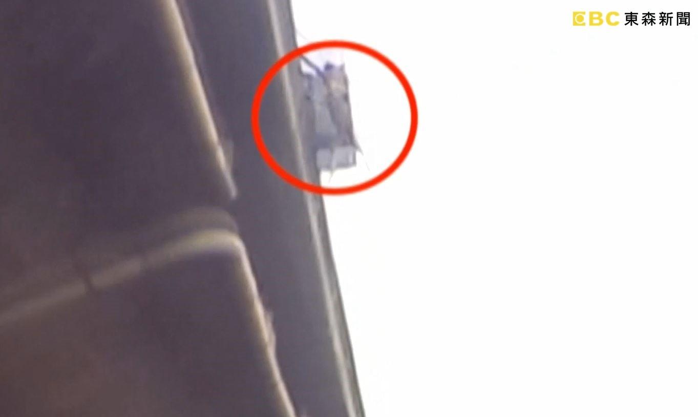 ▲▼天外飛來一隻狗撞車 車頂凹玻璃碎裂。(圖/東森新聞)