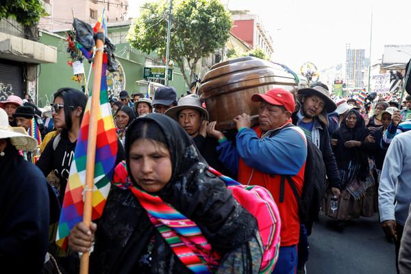 ▲玻利維亞前總統莫拉萊斯(Evo Morales)下台逃往墨西哥後,支持者紛紛走上街頭抗議,圖為行政首都拉巴斯(La Paz)的景象。(圖/路透)