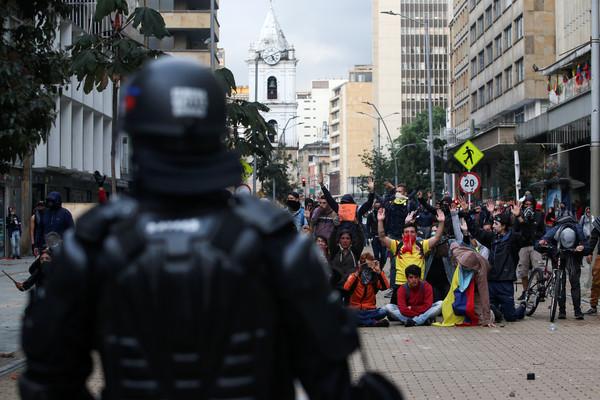 ▲哥倫比亞人民不滿總統杜克(Iván Duque)執政不力,20日爆發全國性罷工與抗議,圖為首都波哥大(Bogotá)的遊行。(圖/路透)