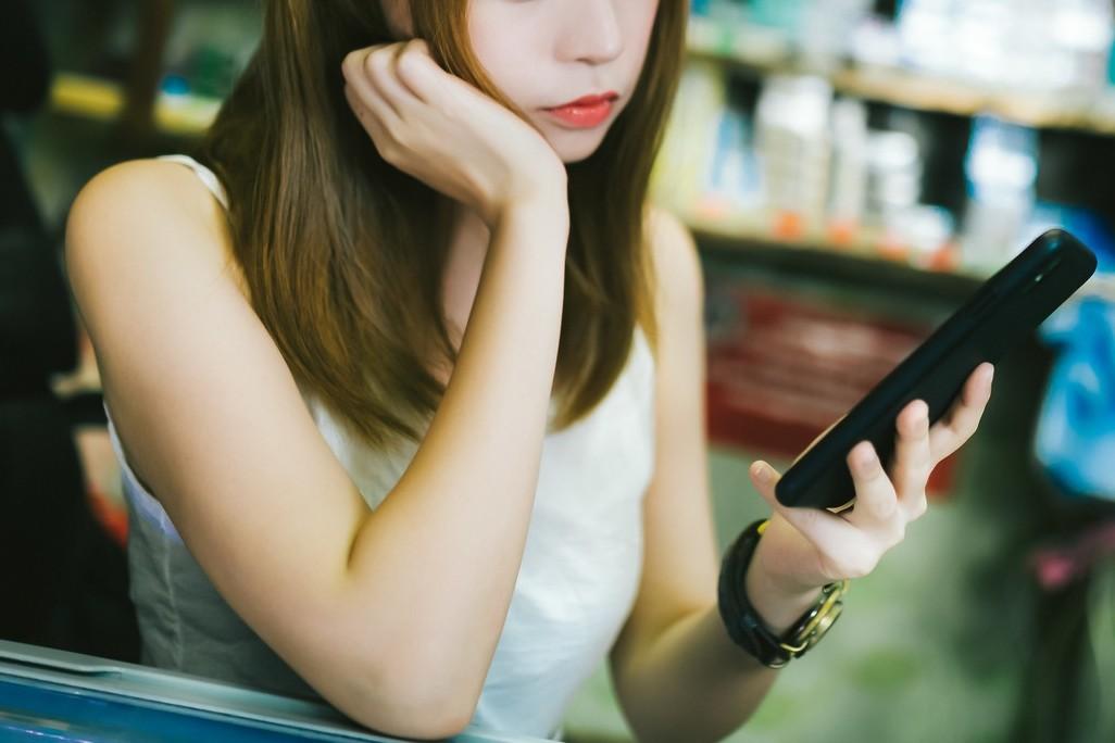 ▲▼少女,滑手機。(圖/翻攝pakutaso)