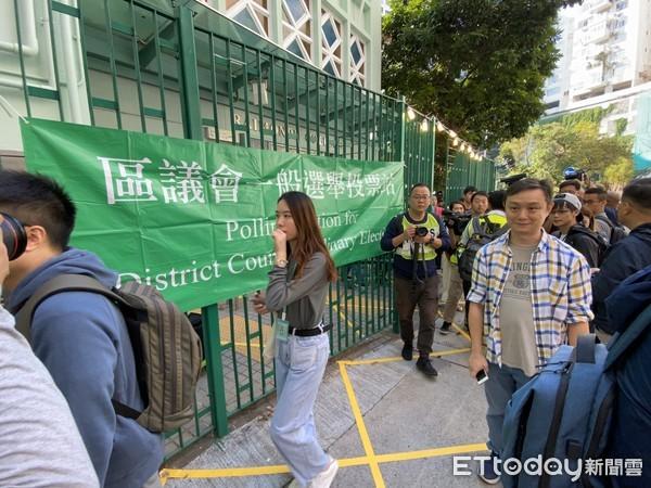 ▲24日早上香港區議會選舉投票人潮。(圖/記者游宗樺攝)