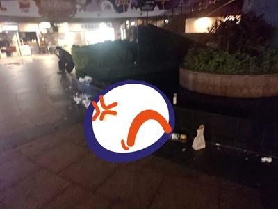 耶誕城人潮退去 廣場「一排垃圾現形」