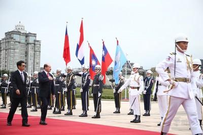 嚴德發贈勳巴拉圭國防部長