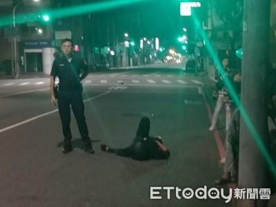 「無人駕駛」重機撞人行道車半毀 騎士50米外找到