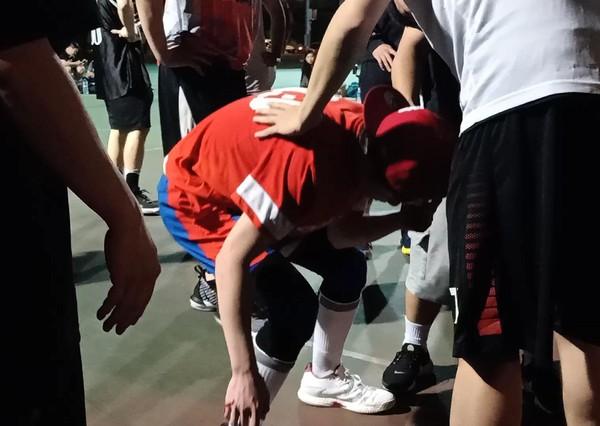 ▲▼蕭敬騰打球被撞到當場噴血。(圖/華納音樂提供)