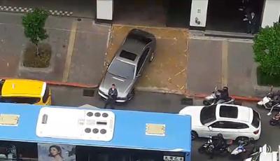 西裝男肉身擋BMW  女駕駛硬開下場慘了
