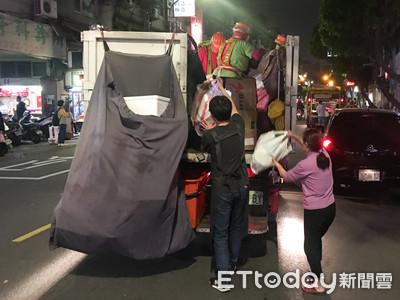 回收車滿了!5人要丟「完整紙箱」 司機下車勸說哭了