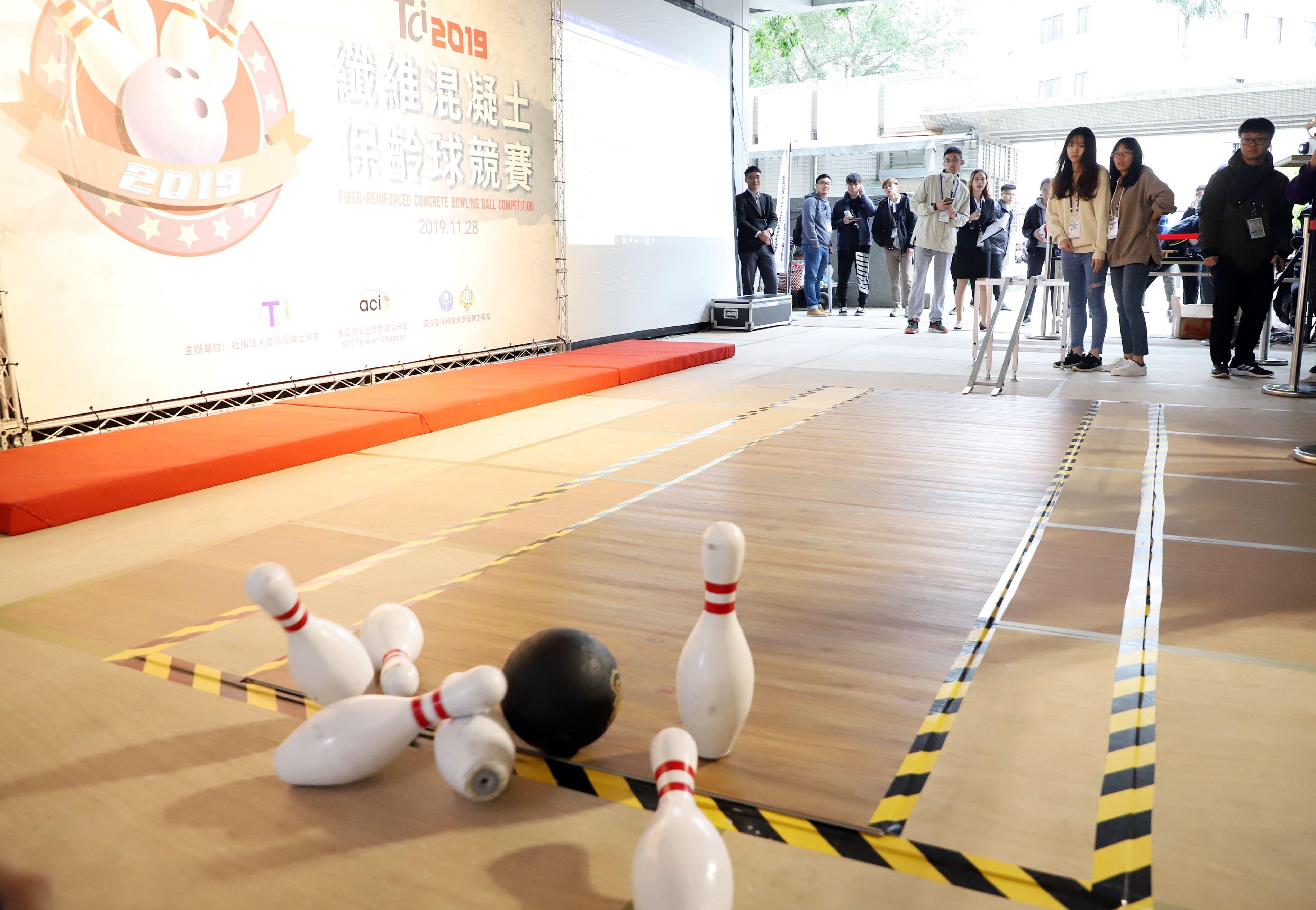 ▲▼   台科大玩纖維混凝土保齡球競賽 。(圖/台灣科技大學提供)